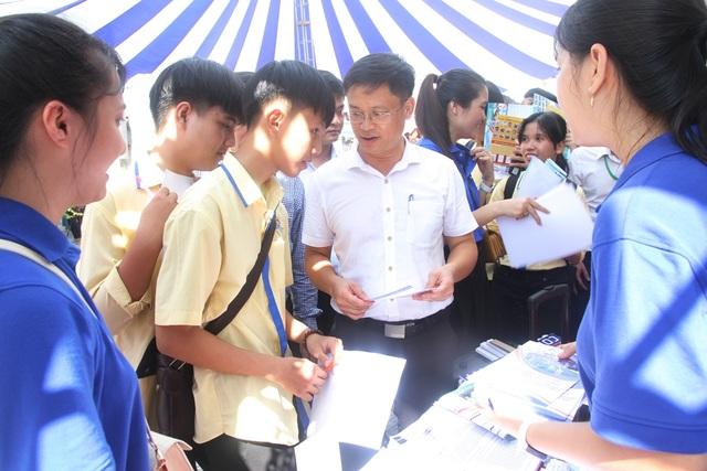 Nhiều bạn trẻ chủ động tham dự ngày hội việc làm sớm để định hướng nghề - 8