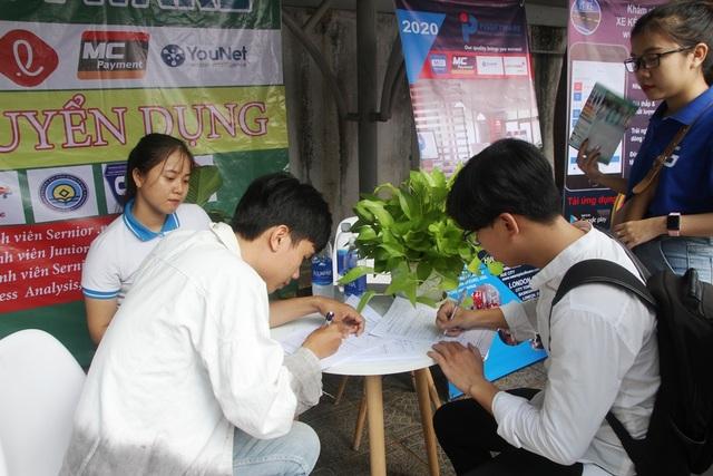 Nhiều bạn trẻ chủ động tham dự ngày hội việc làm sớm để định hướng nghề - 10