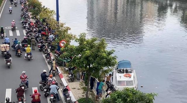 Cảnh sát giao thông ngăn chặn kịp thời người vợ lao xuống kênh theo chồng - 2