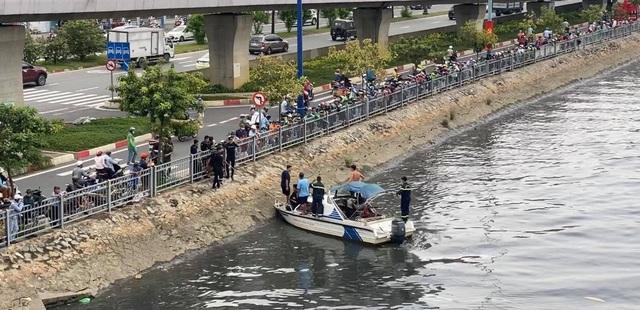 Cảnh sát giao thông ngăn chặn kịp thời người vợ lao xuống kênh theo chồng - 1