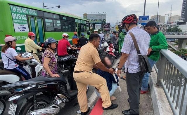 Cảnh sát giao thông ngăn chặn kịp thời người vợ lao xuống kênh theo chồng - 3