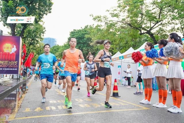 Người chạy 10km quanh hồ Hoàn Kiếm nhanh nhất chỉ hết 31 phút 59 giây - 1