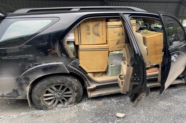 Chiếc xe chở đầy thuốc lá lậu vỡ nát đầu, nổ 2 bánh vẫn chạy điên cuồng - 1