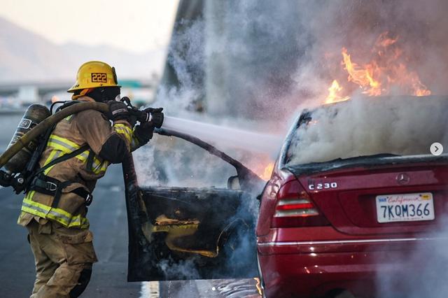 Tài xế say xỉn, xe Mercedes C-Class lao vào dải phân cách, bốc cháy - 1