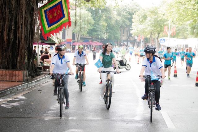 Hoa hậu Ngọc Hân mặc giản dị, đạp xe quảng bá hình ảnh Hà Nội xanh - 3