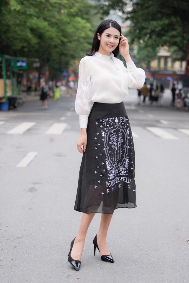 Hoa hậu Ngọc Hân mặc giản dị, đạp xe quảng bá hình ảnh Hà Nội xanh - 8