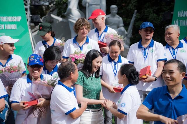 Hoa hậu Ngọc Hân mặc giản dị, đạp xe quảng bá hình ảnh Hà Nội xanh - 2