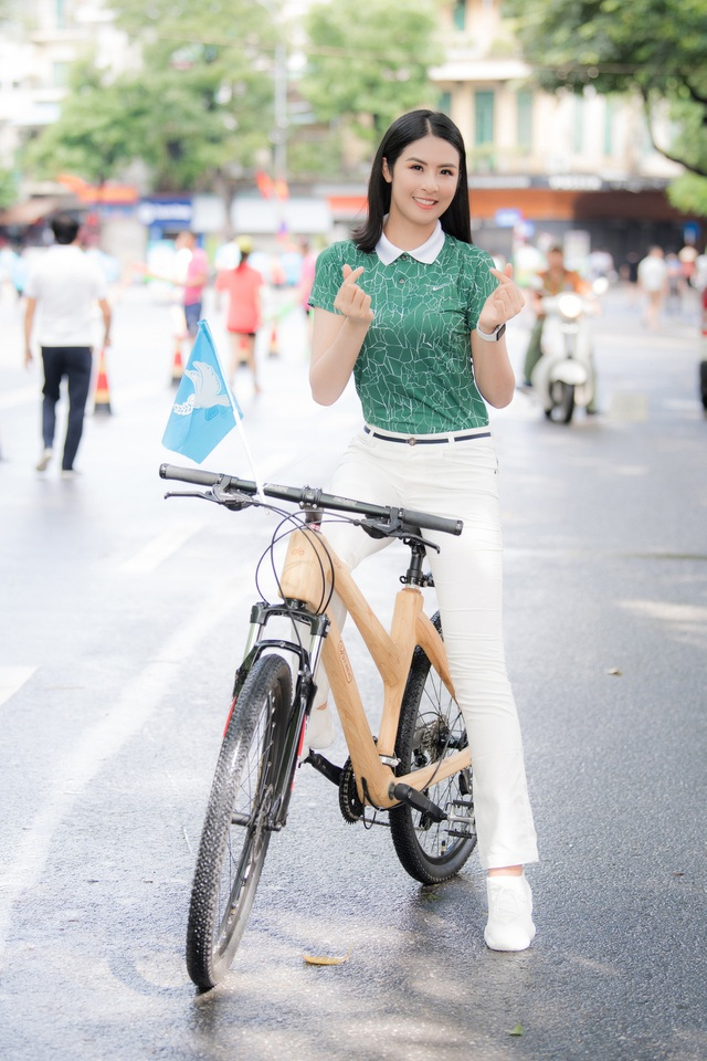 Hoa hậu Ngọc Hân mặc giản dị, đạp xe quảng bá hình ảnh Hà Nội xanh - 5