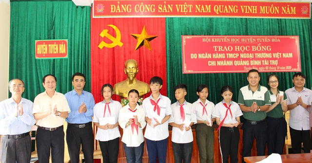 Trao học bổng tiếp sức đến trường cho học sinh 2 huyện miền núi - 1