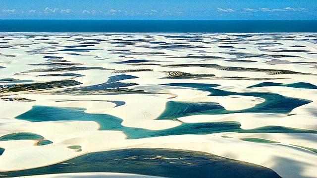 Kỳ thú: Hàng nghìn hồ nước xanh lam ngọc nổi giữa sa mạc như hành tinh lạ - 1