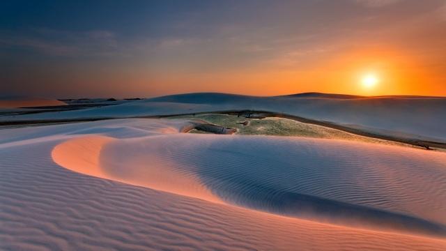 Kỳ thú: Hàng nghìn hồ nước xanh lam ngọc nổi giữa sa mạc như hành tinh lạ - 6