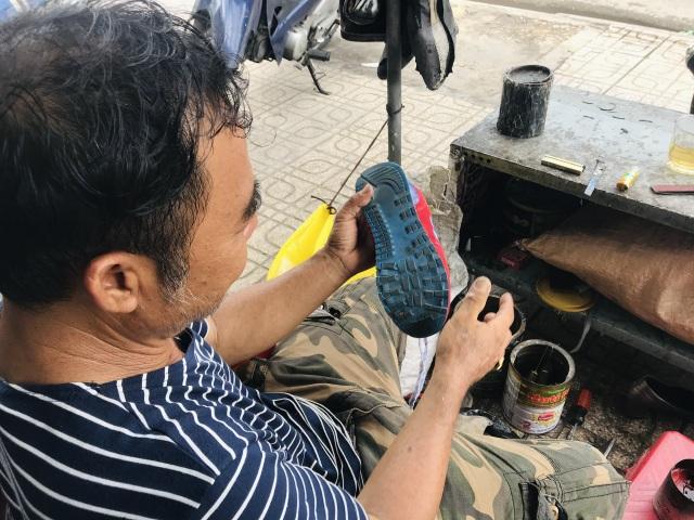 Nghề cứu... giày dép cũ - 4