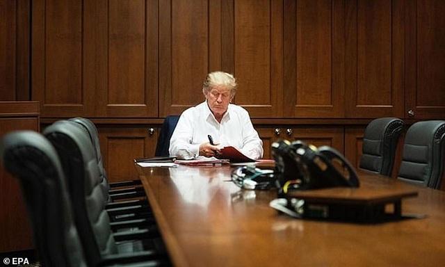 Ảnh ông Trump làm việc tại bệnh viện nghi bị dàn dựng - 2