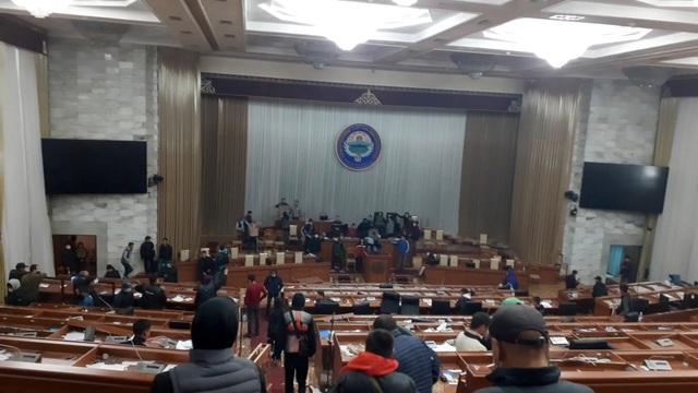 Phe đối lập tuyên bố nắm quyền, Tổng thống Kyrgyzstan nói đang có đảo chính - 1