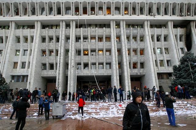 Phe đối lập tuyên bố nắm quyền, Tổng thống Kyrgyzstan nói đang có đảo chính - 2