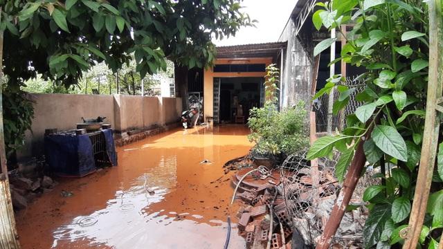 Người dân khốn khổ vì cứ mưa là nước dâng ngập nhà - 1