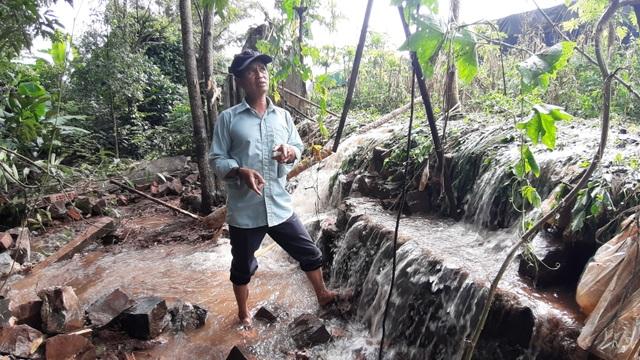 Người dân khốn khổ vì cứ mưa là nước dâng ngập nhà - 4