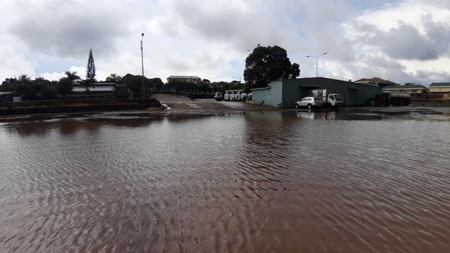 Người dân khốn khổ vì cứ mưa là nước dâng ngập nhà - 6