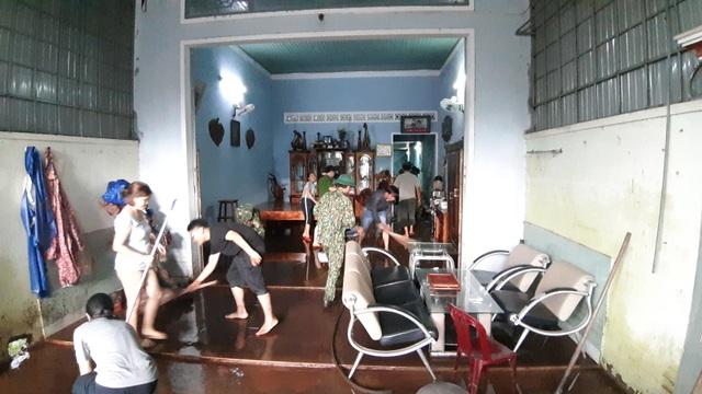 Người dân khốn khổ vì cứ mưa là nước dâng ngập nhà - 5