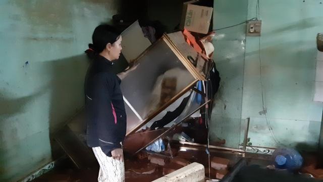 Người dân khốn khổ vì cứ mưa là nước dâng ngập nhà - 2