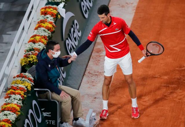 Novak Djokovic lại đánh bóng trúng mặt... trọng tài - 2