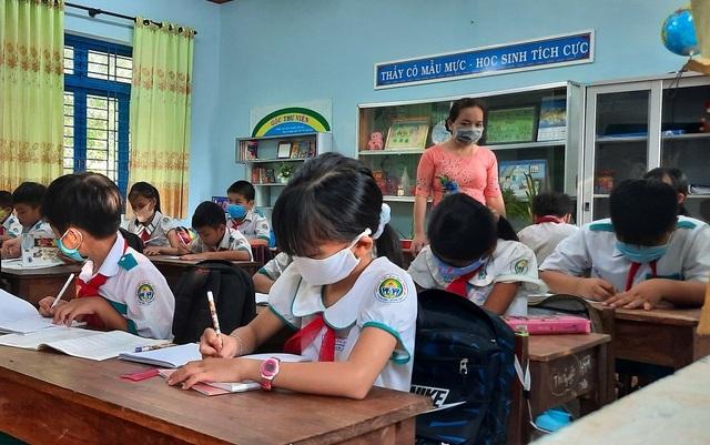 """Trại gà sát trường học, giáo viên và học sinh bị """"tra tấn"""" vì mùi hôi - 3"""