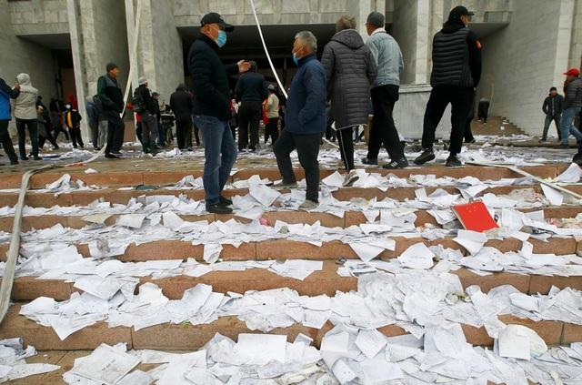 Phe đối lập tuyên bố nắm quyền, Tổng thống Kyrgyzstan nói đang có đảo chính - 3