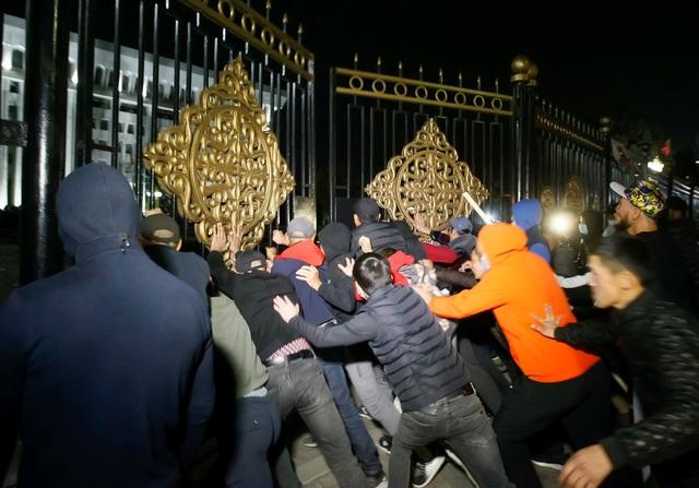 Phe đối lập tuyên bố nắm quyền, Tổng thống Kyrgyzstan nói đang có đảo chính - 5