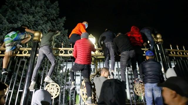 Người biểu tình Kyrgyzstan chiếm trụ sở chính quyền, đốt phá Nhà Trắng - 1