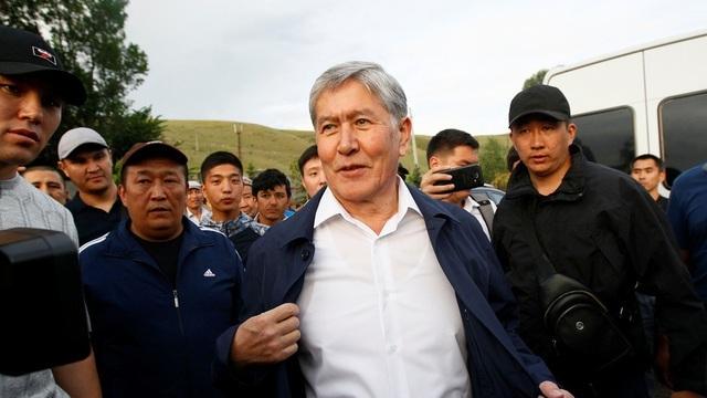 Người biểu tình Kyrgyzstan chiếm trụ sở chính quyền, đốt phá Nhà Trắng - 4