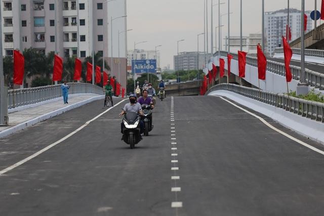 Hà Nội chính thức thông xe cầu vượt bắc qua hồ Linh Đàm - 3