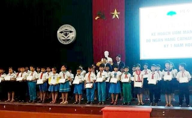 Hội Khuyến học Quảng Nam trao 500 suất học bổng - 1