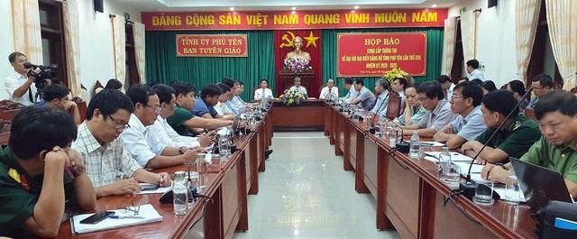 Đà Nẵng tặng sách, Phú Yên tặng cặp giấy cho đại biểu Đại hội Đảng bộ - 3