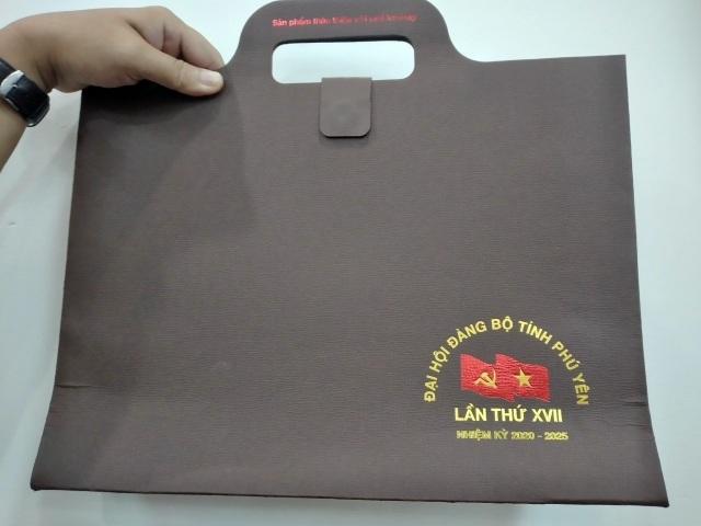 Đà Nẵng tặng sách, Phú Yên tặng cặp giấy cho đại biểu Đại hội Đảng bộ - 4