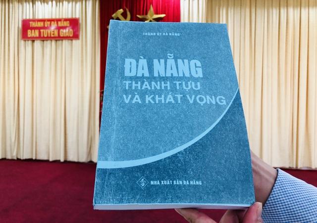 Đà Nẵng tặng sách, Phú Yên tặng cặp giấy cho đại biểu Đại hội Đảng bộ - 2