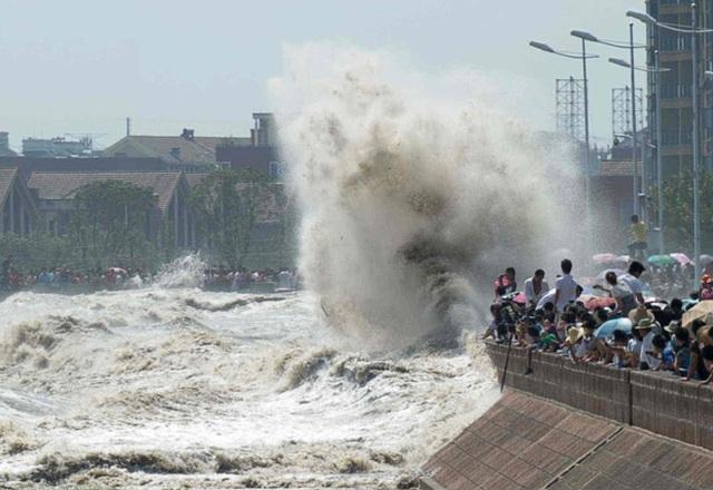 Khách Trung Quốc chen lấn xem sóng lớn hung dữ như thủy quái trên sông - 1