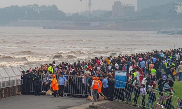 Khách Trung Quốc chen lấn xem sóng lớn hung dữ như thủy quái trên sông - 2