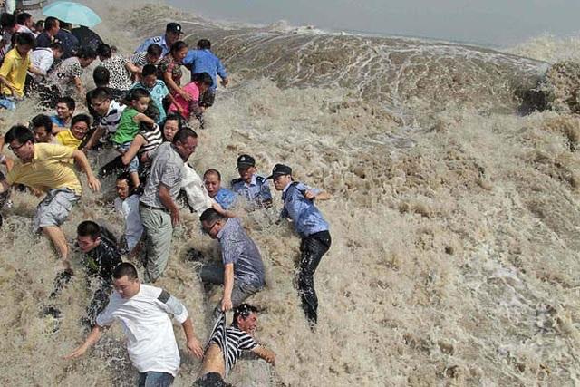 Khách Trung Quốc chen lấn xem sóng lớn hung dữ như thủy quái trên sông - 4