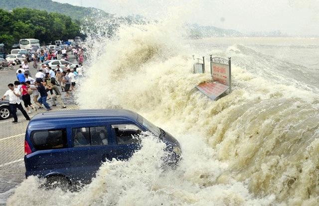 Khách Trung Quốc chen lấn xem sóng lớn hung dữ như thủy quái trên sông - 5