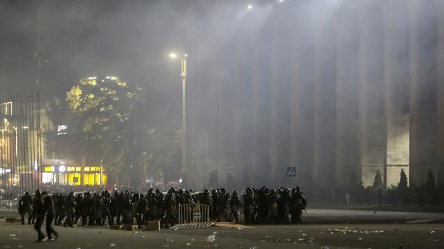 Người biểu tình Kyrgyzstan chiếm trụ sở chính quyền, đốt phá Nhà Trắng - 3