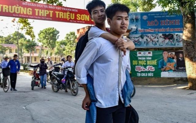 ĐH Bách khoa Hà Nội hỗ trợ học phí cho nam sinh được bạn cõng đi học 10 năm - 2