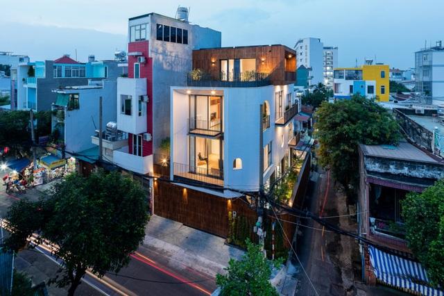 """Độc đáo nhà phố có 3 mặt tiền với cửa ra vào """"tàng hình"""" ở Sài Gòn - 1"""