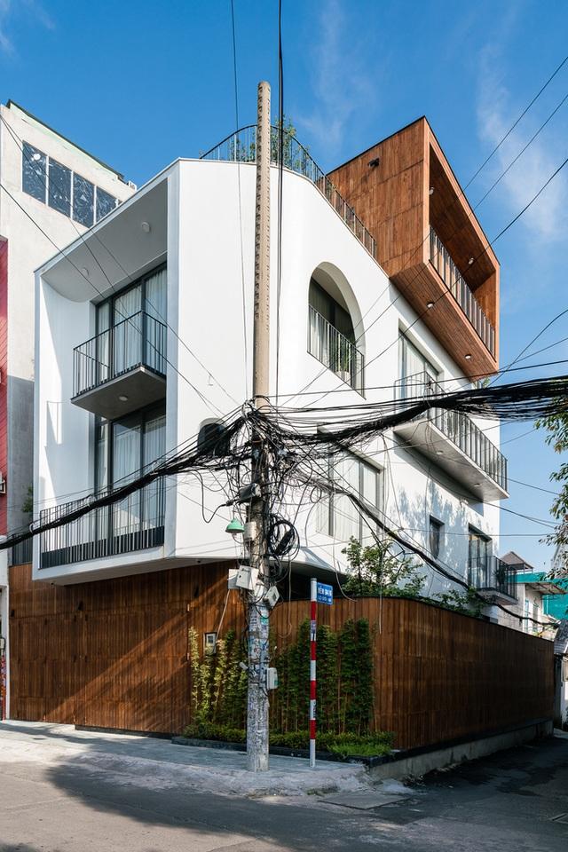 """Độc đáo nhà phố có 3 mặt tiền với cửa ra vào """"tàng hình"""" ở Sài Gòn - 3"""