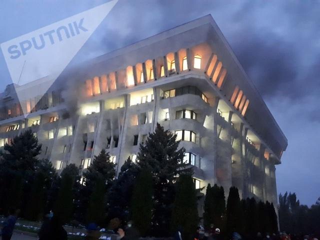 Người biểu tình Kyrgyzstan chiếm trụ sở chính quyền, đốt phá Nhà Trắng - 2