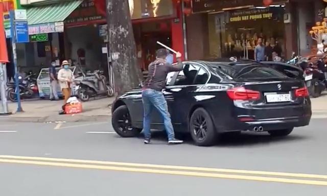 Thanh niên cầm gậy đập ô tô BMW gây náo loạn đường phố Sài Gòn - 1