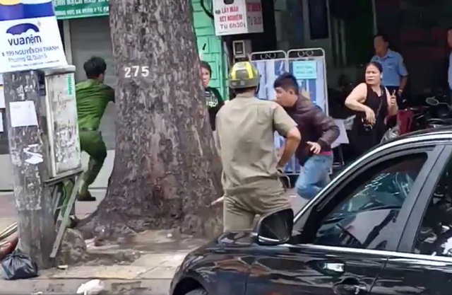 Thanh niên cầm gậy đập ô tô BMW gây náo loạn đường phố Sài Gòn - 2