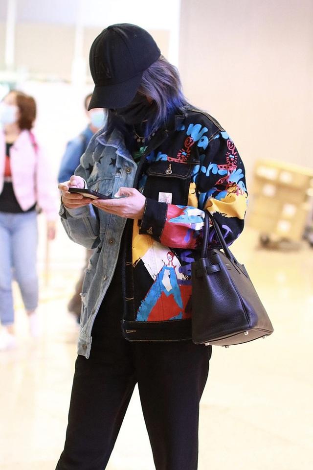 Triệu Vy mệt mỏi, né tránh phóng viên sau khi lộ ảnh hò hẹn phi công trẻ - 4