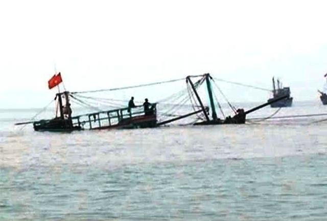 Tàu cá bị phá nước, 4 thuyền viên đang mất liên lạc - 1