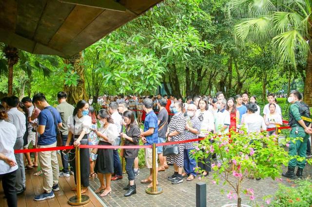 Khách xếp hàng dài để xem nhà mẫu và mua nhà tại Ecopark - 4