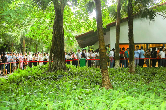 Khách xếp hàng dài để xem nhà mẫu và mua nhà tại Ecopark - 8